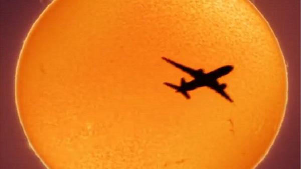 شکار به موقع از لحظه پرواز هواپیما با پس زمینه خورشید